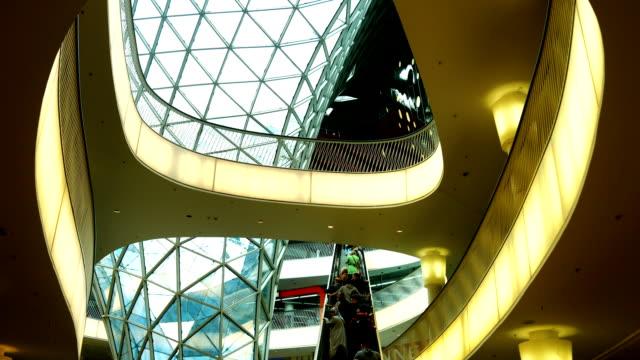 vídeos de stock, filmes e b-roll de interior de um futurista shopping mall (4 km/uhd para hd) - característica arquitetônica
