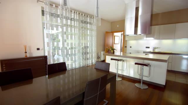 HD: Interior de cocina con mesa de comedor - vídeo