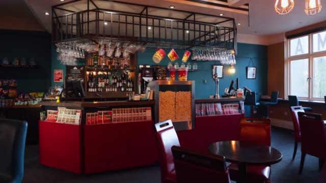 bir film tiyatrosu lounge iç - bar i̇çkili mekan stok videoları ve detay görüntü çekimi