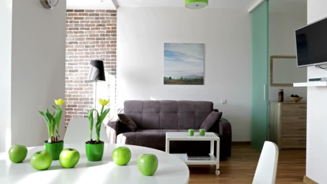 4 k. innenministerium ein neues modernes apartment im skandinavischen stil. motion-panorama-blick. - spärlichkeit stock-videos und b-roll-filmmaterial