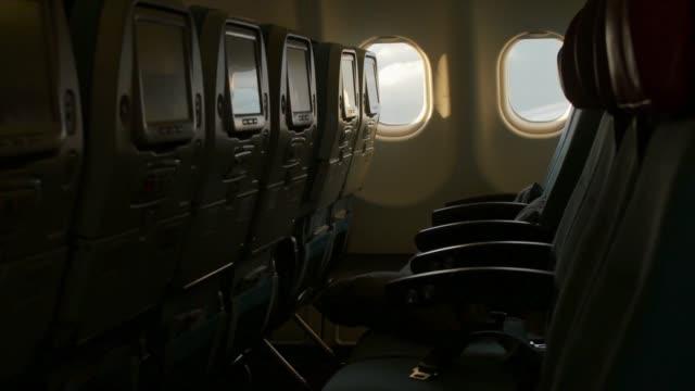 innenraum des flugzeugs während des fluges ohne passagiere - wohngebäude innenansicht stock-videos und b-roll-filmmaterial