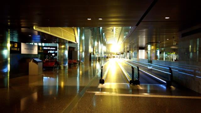 vidéos et rushes de intérieur d'un aéroport avec passerelle mobile - doha