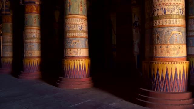 interiör av en forntida egyptiska tempel. kolonner med inskriptioner och livsscener. khnum gud goldish staty till höger. 4k (4k) - egyptisk kultur bildbanksvideor och videomaterial från bakom kulisserna