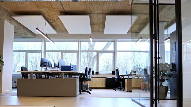 vídeos de stock e filmes b-roll de interior of an empty modern loft office open space - escritório