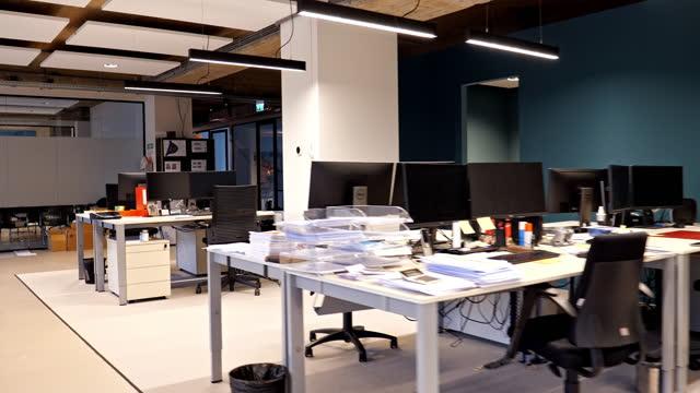 空のモダンロフトオフィスのオープンスペースの内部 - スタイリッシュ点の映像素材/bロール