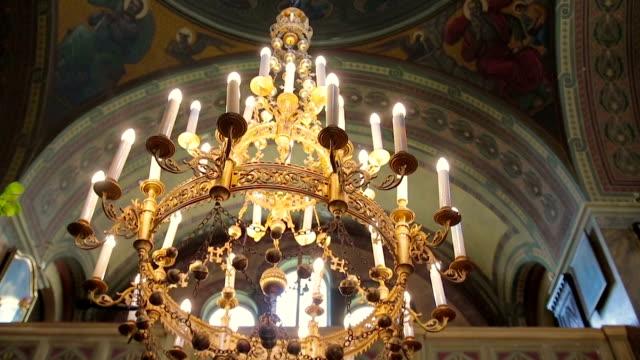 stockvideo's en b-roll-footage met interieur van een oude kerk altaar kroonluchter lamp en de boog en de kolom - klooster
