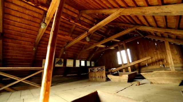 Interior de un antiguo molino de viento del pueblo - vídeo