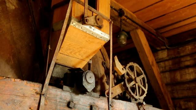 vídeos de stock e filmes b-roll de interior of an old village windmill - triturar atividade