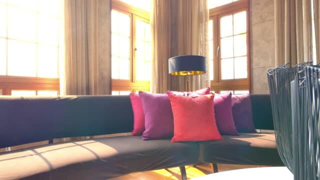 vídeos y material grabado en eventos de stock de interior de una sala de estar grande, 4 k - almohada