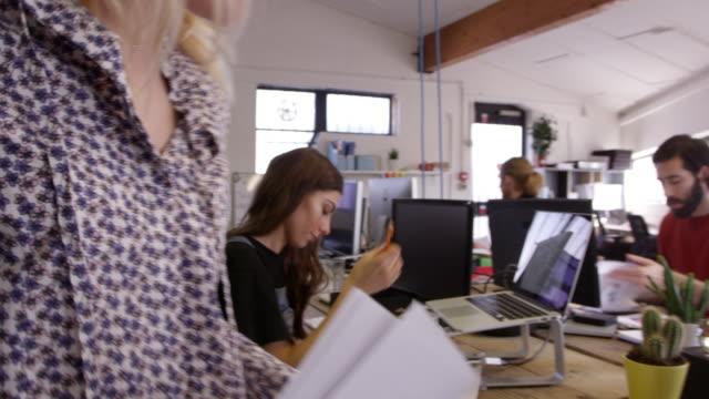 內部繁忙的設計辦公室與工作人員拍攝 r3d - 現代 風格 個影片檔及 b 捲影像