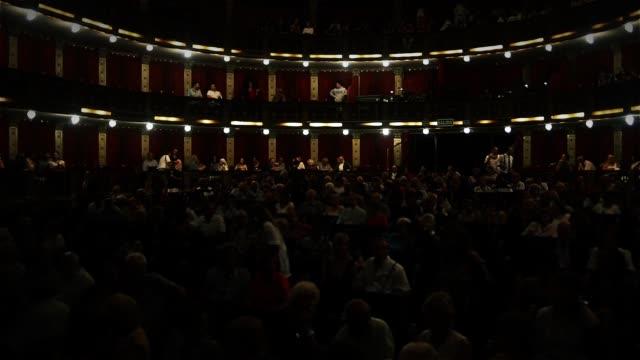 観客と古典的な劇場のインテリア。 - オペラ点の映像素材/bロール