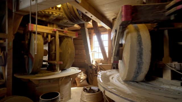 innere des holländischen windmühle. - grind stock-videos und b-roll-filmmaterial