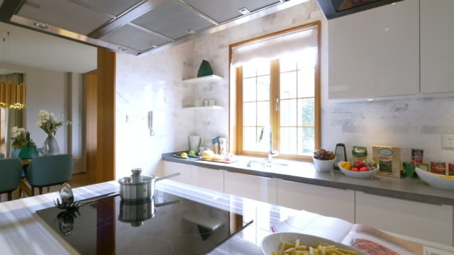 interno di cucina 4 k - kitchen situations video stock e b–roll