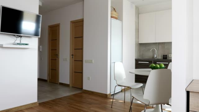 北欧スタイルのキッチンと職場でモダンなアパートメントの 4 k. インテリア。モーション パノラマ ビュー - 電化製品点の映像素材/bロール