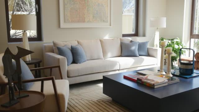 vídeos de stock, filmes e b-roll de interior da sala de estar moderna 4 k - interior