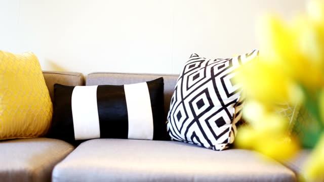 vídeos y material grabado en eventos de stock de interior moderno de sala de estar - almohada