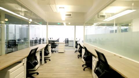 vidéos et rushes de intérieur de bureau moderne - bureau ameublement