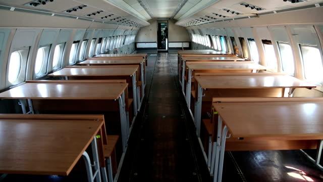 vidéos et rushes de intérieur de l'avion de ligne vieux avec des pupitres - wagon
