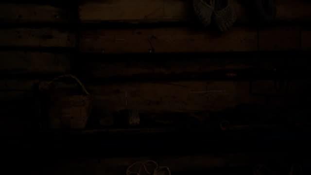 innenraum der alten holz-haus in russland - blockhütte stock-videos und b-roll-filmmaterial