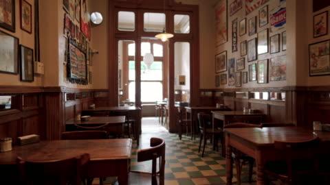 interno della caffetteria tradizionale di buenos aires - deserto video stock e b–roll