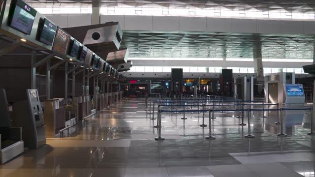 interiör utsikt inne internationella terminalen på grund av covid-19 crisis. - flygplats bildbanksvideor och videomaterial från bakom kulisserna