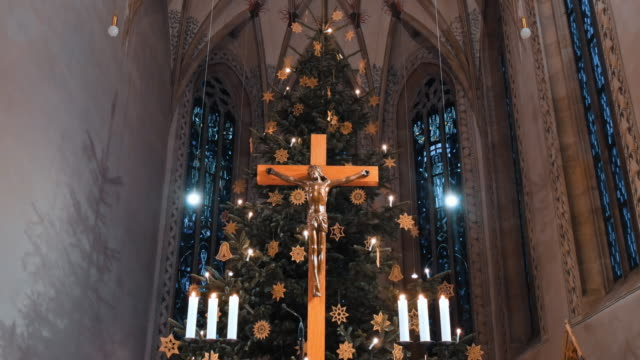 interiors of t.martin church in metzingen, germany in christmas decorations - религия стоковые видео и кадры b-roll