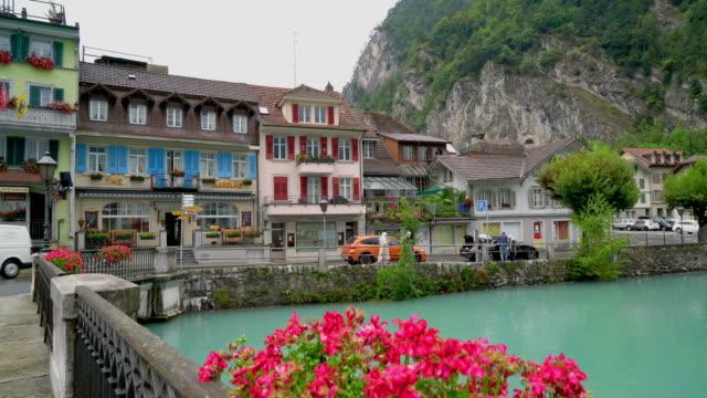 interlaken-stadt mit see in der schweiz - kanton bern stock-videos und b-roll-filmmaterial