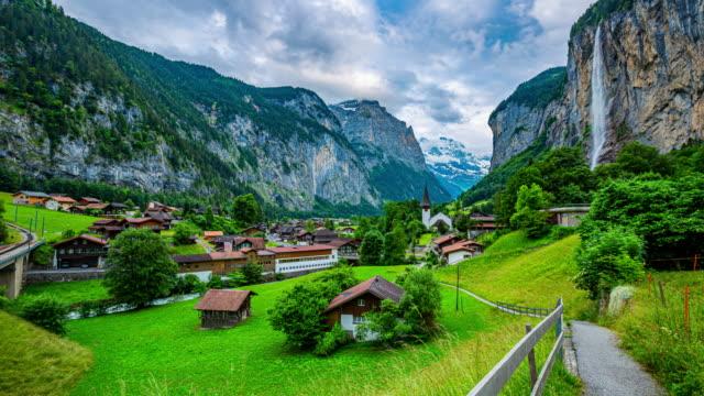 interlaken dorf in der schweiz für touristen - kanton bern stock-videos und b-roll-filmmaterial