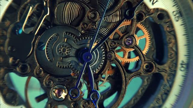 vídeos de stock, filmes e b-roll de estrutura interna, mecanismo de engrenagem dentro de um belo relógio esqueleto caro - punho