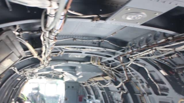 vídeos y material grabado en eventos de stock de estructura interna de un helicóptero de la fuerza aérea de los estados unidos estacionado. helicóptero en el hangar para mantenimiento. compruebe el sistema hidráulico de la aeronave. compruebe las partes internas de la aeronave. - air force