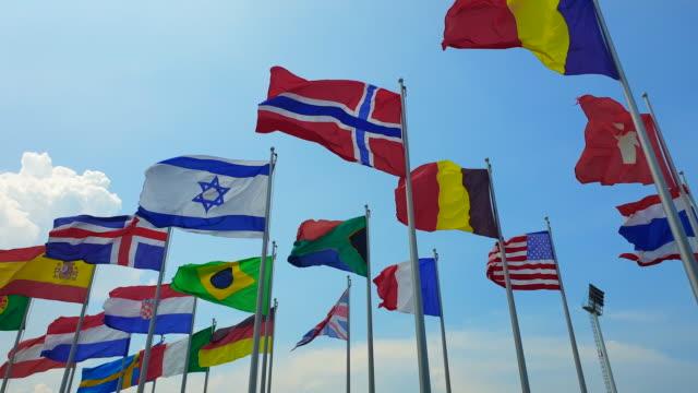 世界のコラボレーションの屋外風の抽象的な世界のカラフルな国旗が揺るがす - 各国の観光地点の映像素材/bロール