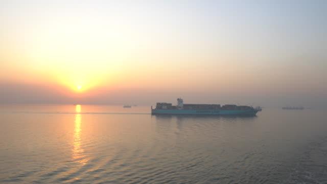 internationellt containerlastfartyg i havet, - shipping sunset bildbanksvideor och videomaterial från bakom kulisserna
