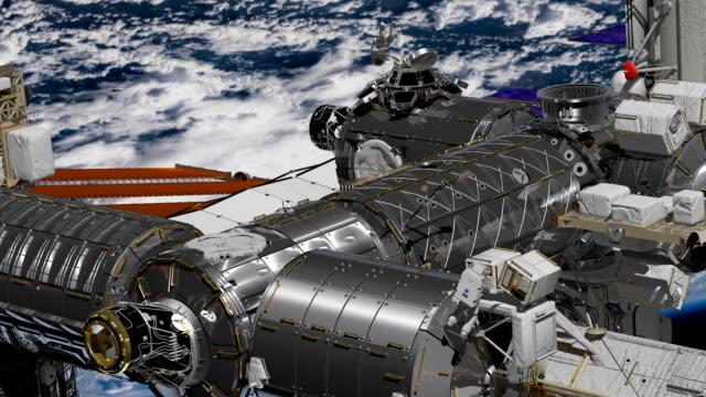 internationale raumstation iss über erdatmosphäre rund. astronaut weltraumspaziergang. - weltraum und astronomie stock-videos und b-roll-filmmaterial