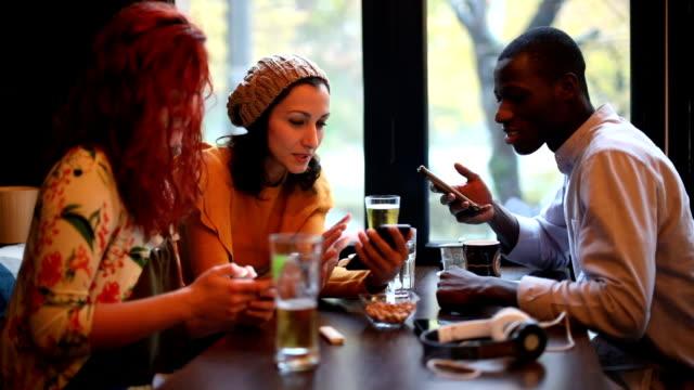 vídeos de stock, filmes e b-roll de vício à internet - restaurante