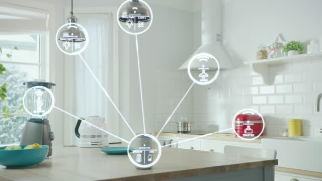 モノのインターネットコンセプト:iotを備えたハイテクキッチン家電でいっぱいのモダンキッチン、インフォグラフィックは様々なデータと情報を表示します。デジタル化、家電機器の可視化 - 電化製品点の映像素材/bロール