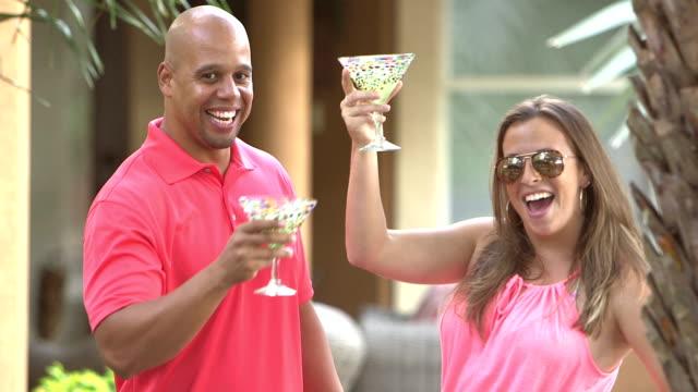 interracial par att ha kul, prata, dricka - martini bildbanksvideor och videomaterial från bakom kulisserna
