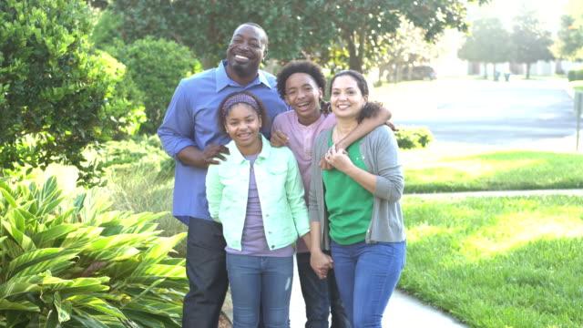 interracial familie geht gemeinsam spazieren - person gemischter abstammung stock-videos und b-roll-filmmaterial