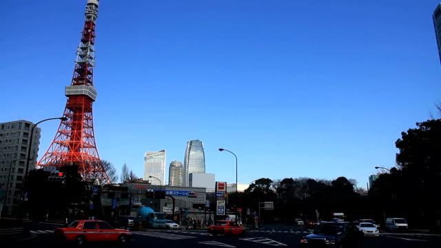 左側にある東京タワー ワイド ショットの背後にある交差点 - 東京タワー点の映像素材/bロール