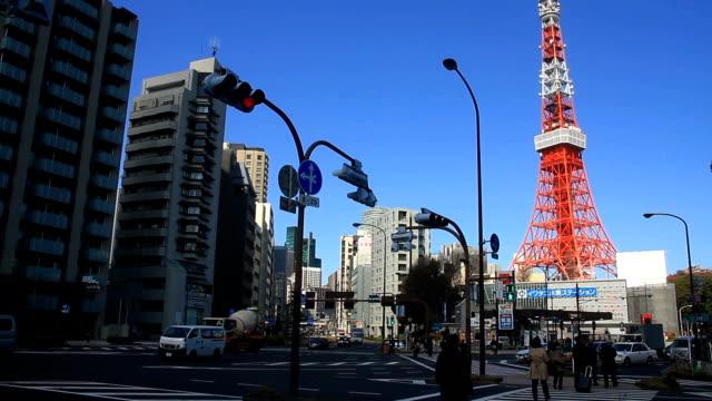 東京タワー ワイド ショットの背後にある交差点 - 東京タワー点の映像素材/bロール