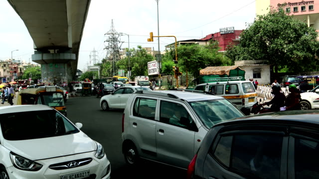 vídeos de stock, filmes e b-roll de tráfego da interseção em madhuban chowk, nova deli, india - nova delhi