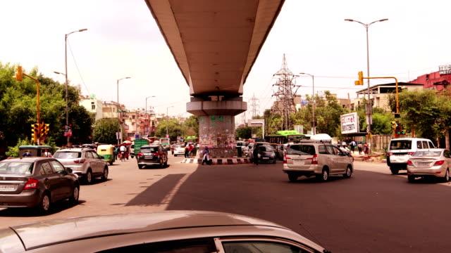 vídeos de stock, filmes e b-roll de lapso de tempo de tráfego de interseção - nova delhi
