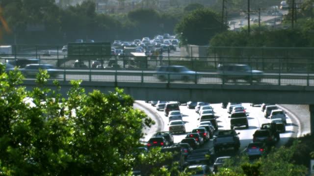 vídeos de stock, filmes e b-roll de interstate 5 freeway hora do rush tráfego - dividindo carro