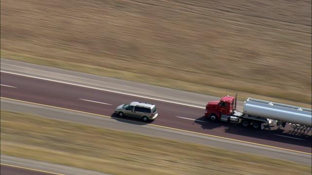i -90 東 をジレット-航空写真ワイオミング州、キャンベルカウンティー、アメリカ合衆国 - 州間高速道路点の映像素材/bロール