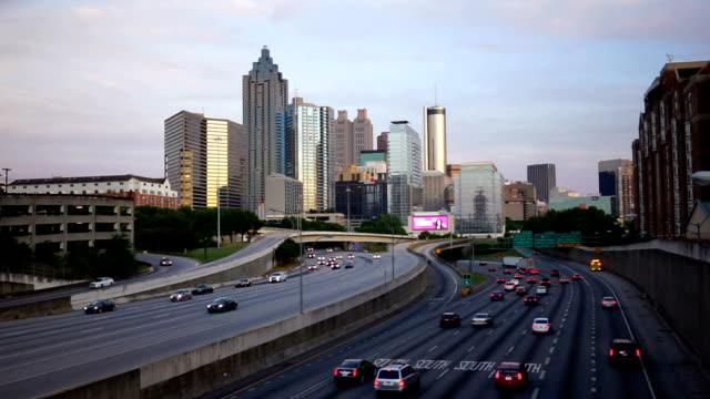 interstate highway southbound lane atlanta ga urban metropolis - элемент здания стоковые видео и кадры b-roll
