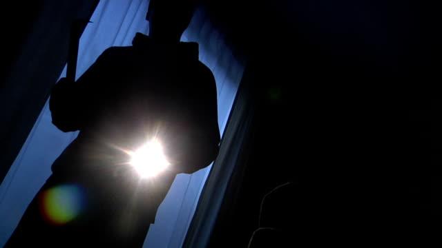 intruder в дом - вор стоковые видео и кадры b-roll