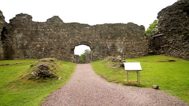 inverlochy rovine del castello-highlands della scozia-palmare a piedi - fort william video stock e b–roll