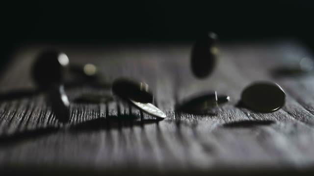 投資: 金幣落在桌上 - 銀包 個影片檔及 b 捲影像