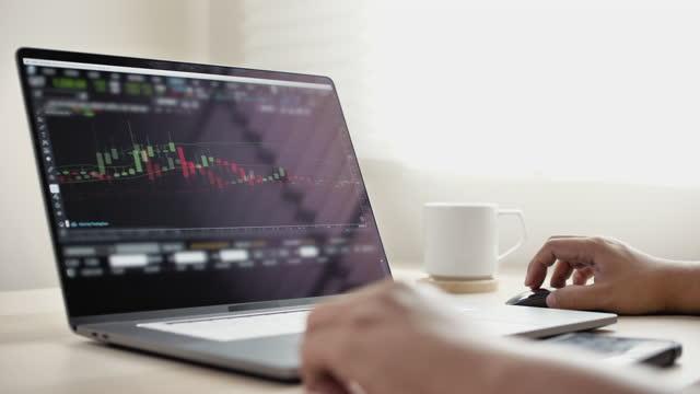 stockvideo's en b-roll-footage met investment stockbroker beurshandel op laptop - bitcoin