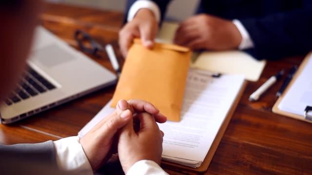 投資家が署名ビジネス契約とお金 - 腐敗点の映像素材/bロール
