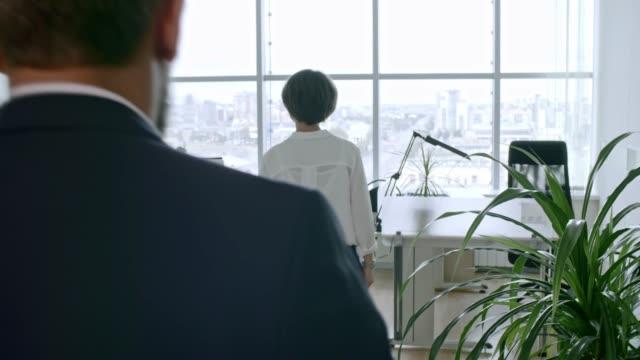 inviting employees into room - coinvolgimento dei dipendenti video stock e b–roll